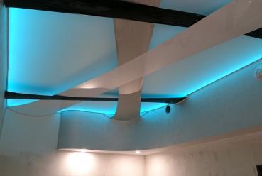 Натяжной потолок в гостиной 20 м2